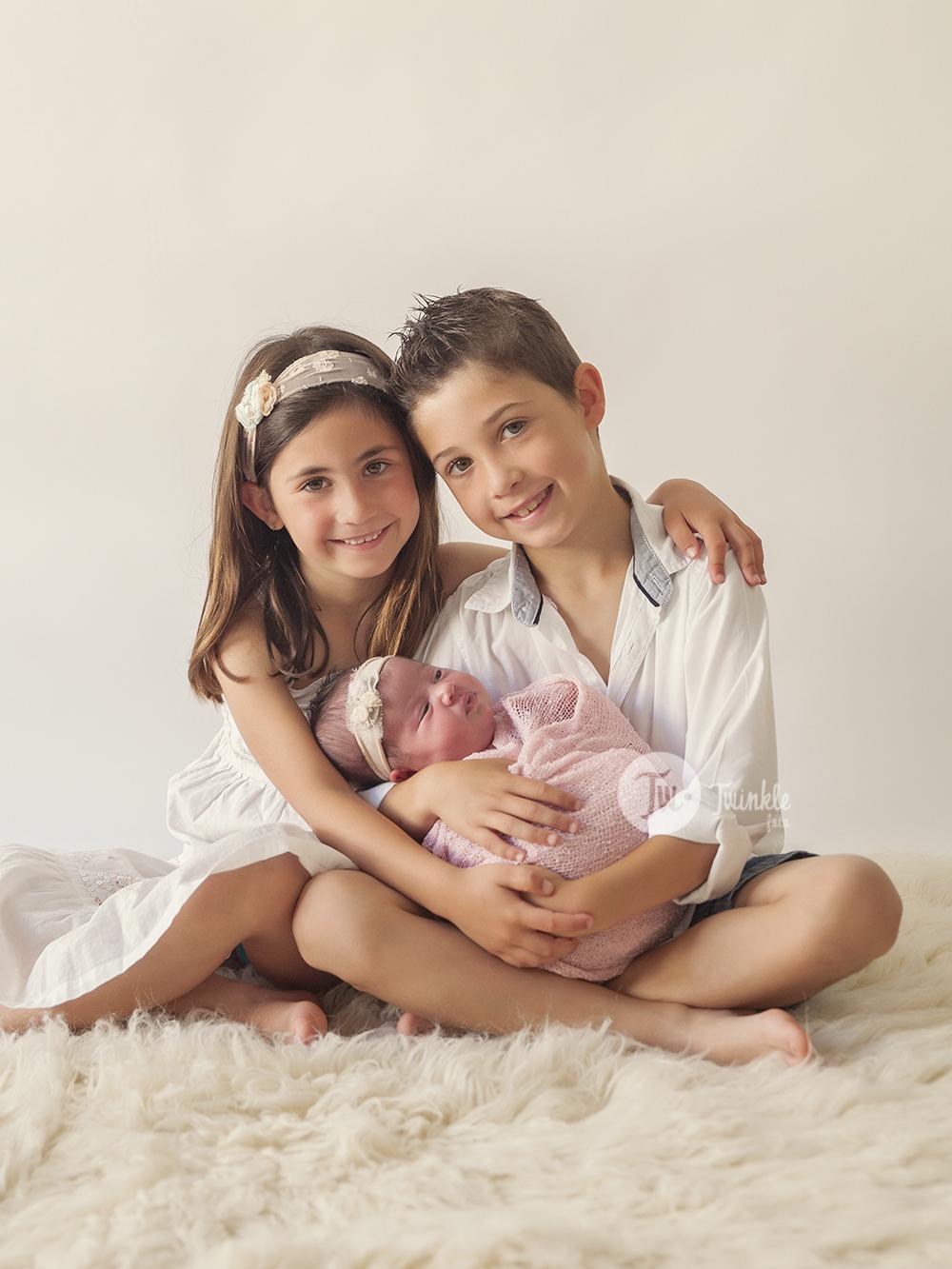 Fotos recien nacido con hermanos – Valencia